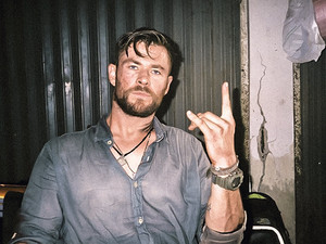 Chris Hemsworth behind the scenes of EXTRACTION (2020)