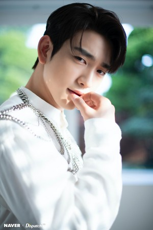 "Jinyoung ""DYE"" mini album promotion photoshoot door Naver x Dispatch"