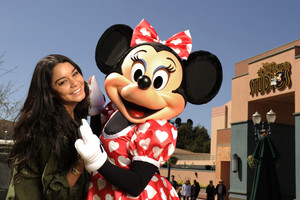 Vanessa Hudgens And Minnie tetikus