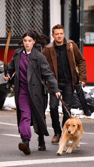 Hailee, Jeremy and Lucky the ピザ Dog on set of 'Hawkeye' in New York | December 8, 2020