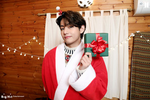 ARMY! Happy Holidays!! 🎄🎁 | V