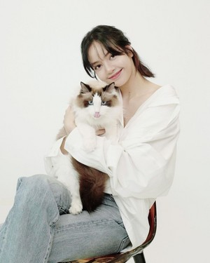 Lisa with her kucing
